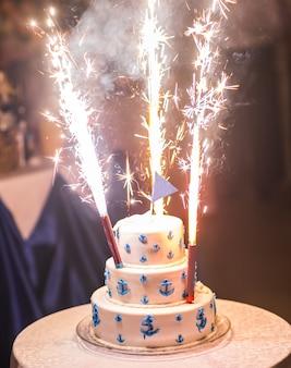 白いウェディングケーキ