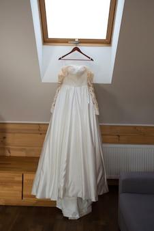 ハンガーに白いウェディングドレス