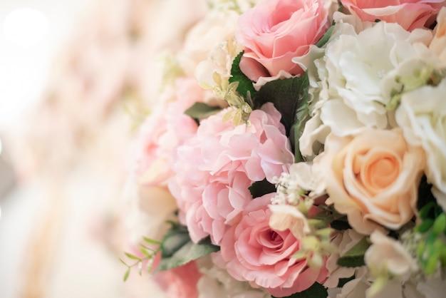 白い結婚式の花の背景と結婚式の装飾