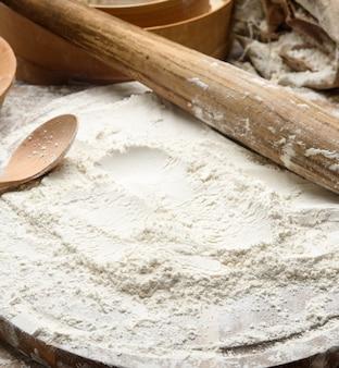 흰 밀가루와 보드에 나무 롤링 핀, 제빵 재료, 가까이