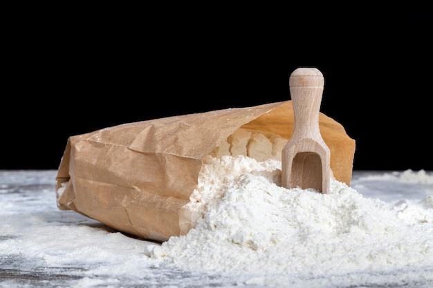 紙袋に入った白小麦粉