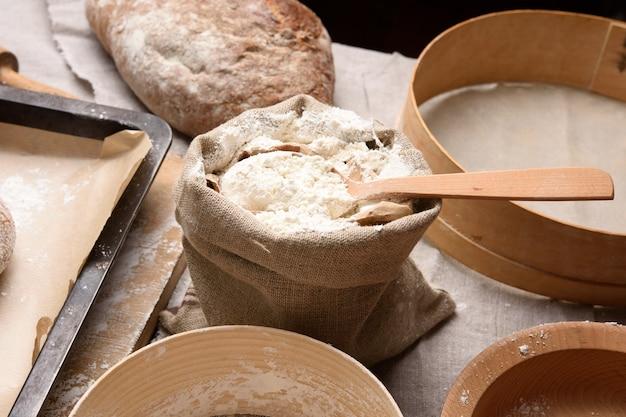 Белая пшеничная мука в небольшом мешковине, крупным планом