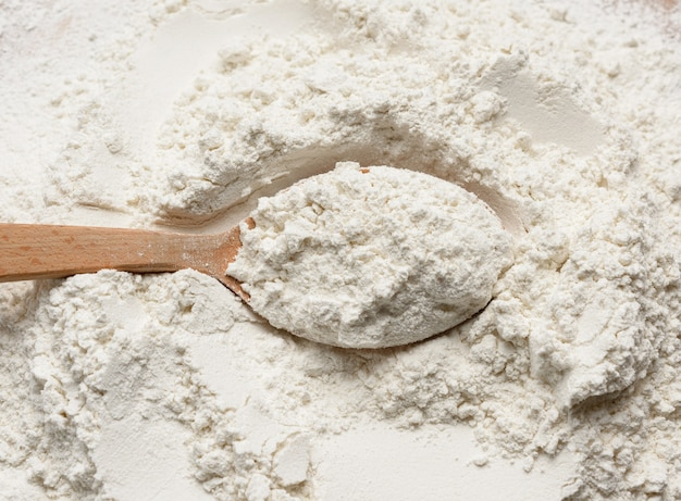 木のスプーンで白い小麦粉、上面図、クローズアップ