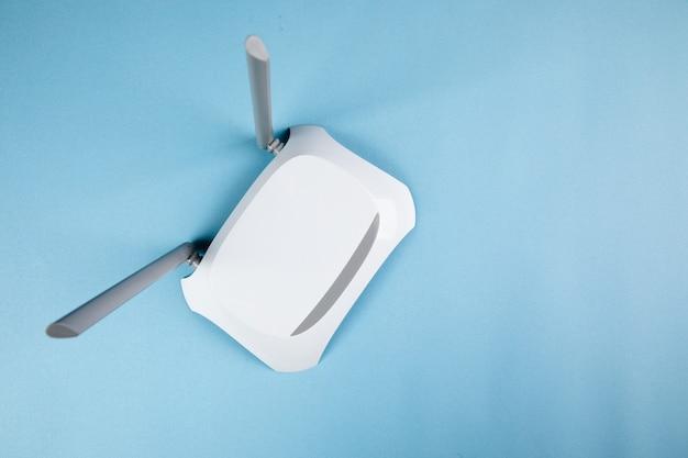 파란색 표면에 흰색 wi-fi 어댑터