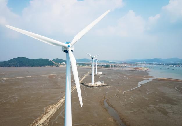 하늘을 배경으로 한 하얀 바람 터빈, 신 재생 에너지 콘서트.