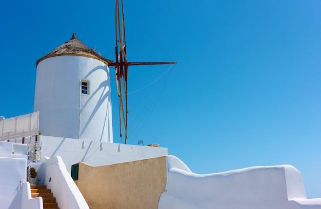 그리스 산토리니 섬의 이아 마을에 있는 흰색 풍차