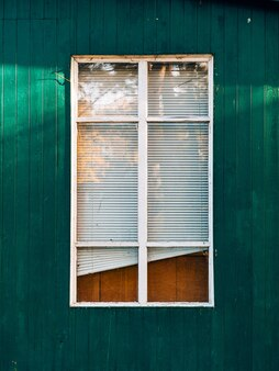 白い窓が家の正面をシャッターします