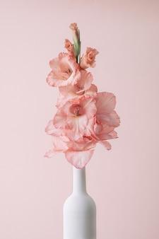 おめでとう夏のコンセプトのための白ワインボトルとグラジオラスの花の現代的なトレンドポスター。