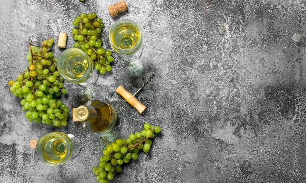 신선한 녹색 포도로 만든 화이트 와인. 소박한 테이블에.