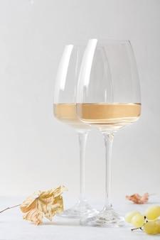 유리와 테이블에 포도에 화이트 와인.