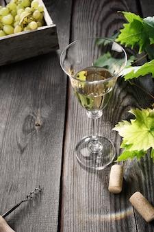 오래 된 나무 테이블에 유리에 화이트 와인.