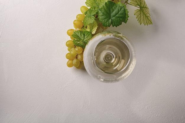 유리에 화이트 와인입니다. 평면도.