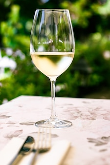 여름 정원 테라스의 고급 레스토랑에서 화이트 와인, 바이에른 와이너리에서 와인 시음 체험...
