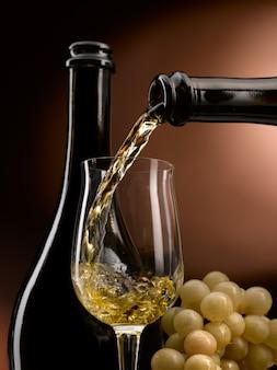 白ワインをグラスに注いだ