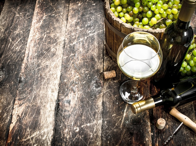 녹색 포도 양동이와 화이트 와인. 나무 테이블에.