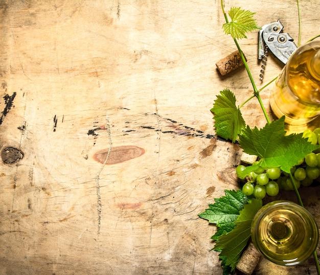 木製のテーブルにつると白ワイン。