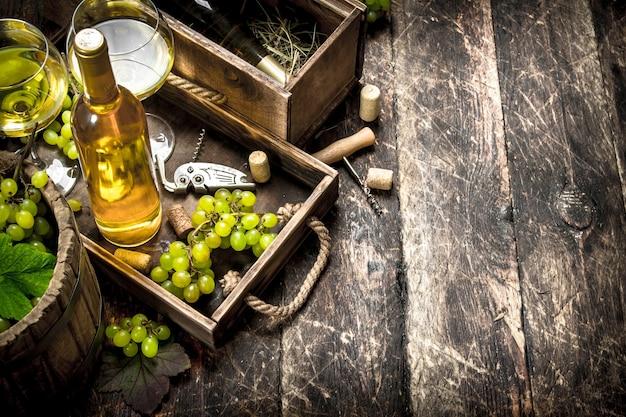 오래 된 쟁반에 신선한 포도와 화이트 와인입니다.