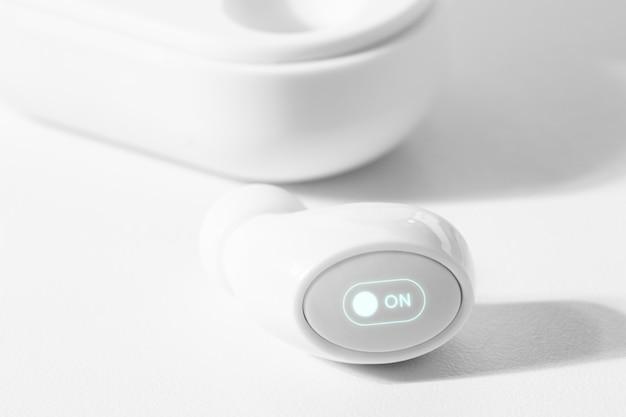 ケース付きの白いワイヤレスイヤフォン