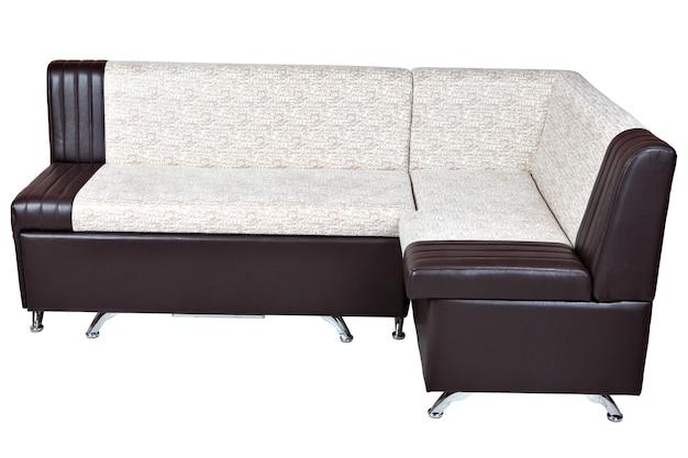 白に隔離された収納付きの茶色の革製コーナーソファベッドを備えた白には、クリッピングパスが含まれています。
