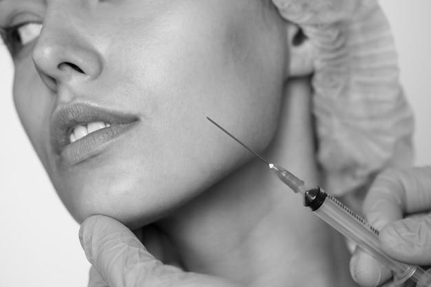 Concetto di chirurgia estetica e cosmetica della donna bianca