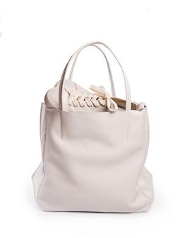 Белая женская сумка. отдельный на белом фоне. передний план.
