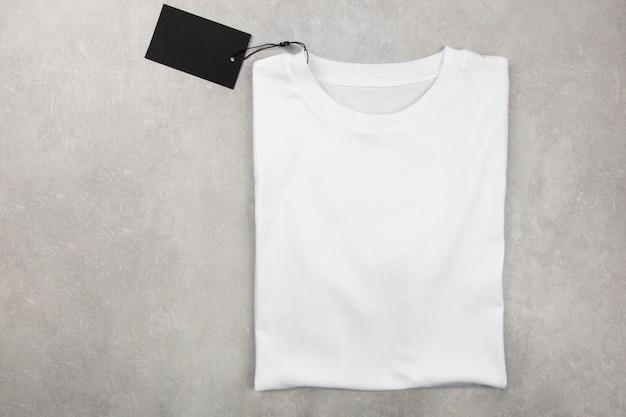 레이블이있는 백인 여성면 tshirt 모형. 디자인 티셔츠 템플릿, 인쇄 프리젠 테이션 모의.