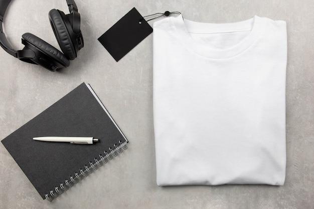 나선형 노트북과 검은 색 헤드폰이있는 백인 여성면 tshirt 모형. 디자인 티셔츠 템플릿, 인쇄 프리젠 테이션 모의.