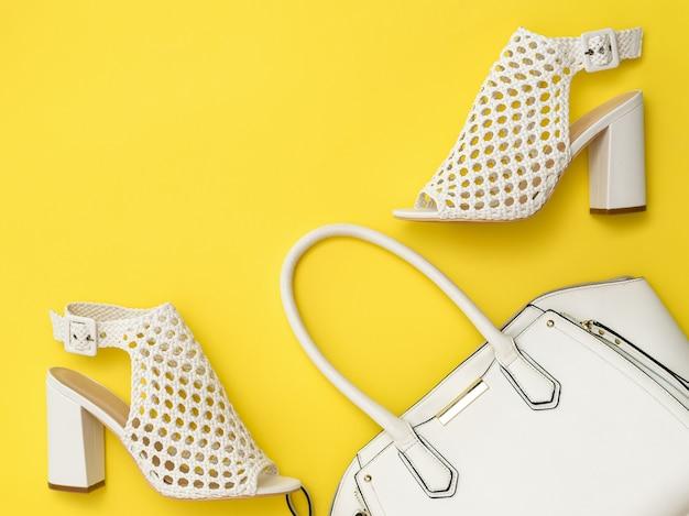 Белые женские туфли и сумка