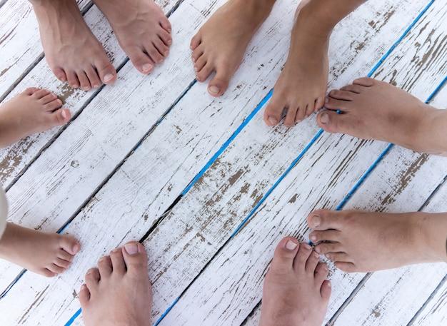 グループの足のコピースペースの背景と白い木のテクスチャ