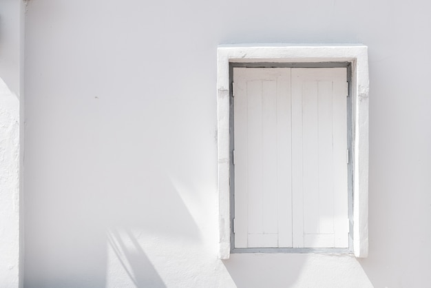 벽에 흰색 나무 창