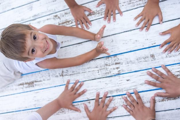 Белая древесина с копией пространства для рук