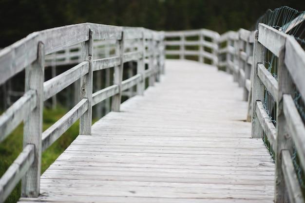 白い木製の橋の道
