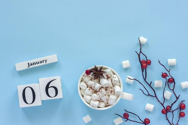白い木製のカレンダーキューブ