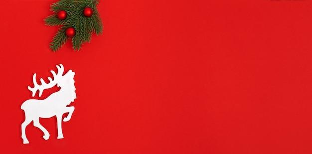 大きな角を持つ鹿の白い木製の図。新年とクリスマスのミニマルバナー。