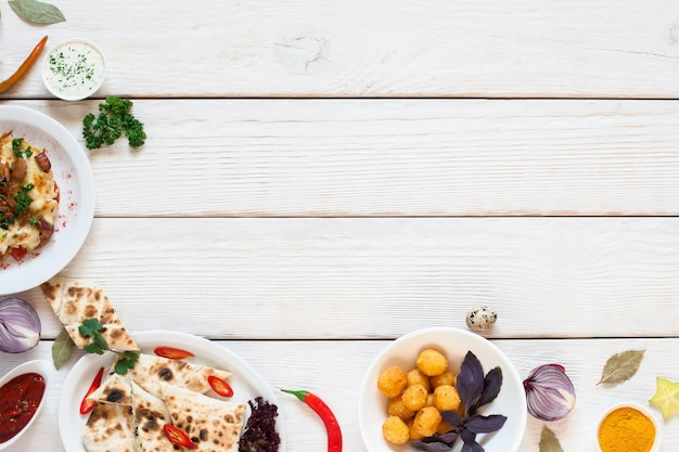 朝食のボーダーフラットレイと白い木製のテーブル。白のおいしいスナックのフレームの上面図