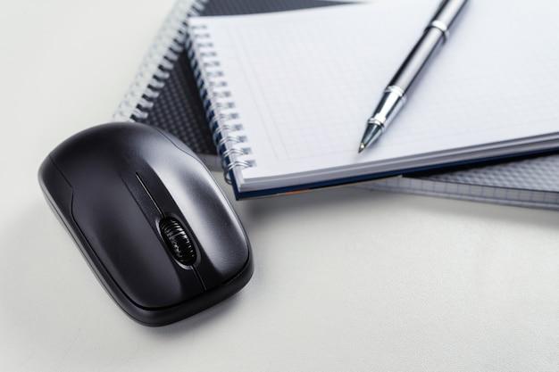 Белый деревянный стол с ручкой, мышью, блокнотом. рабочее пространство с копией пространства.