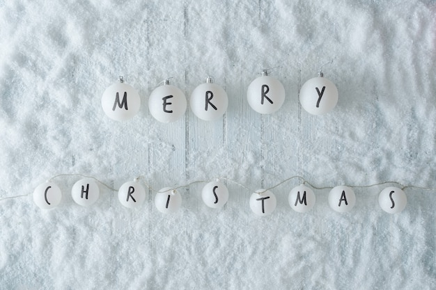 눈과 빛 볼 장식 흰색 나무 테이블. 겨울 메리 크리스마스 최고 볼 수 있습니다. 최소한의 평지.
