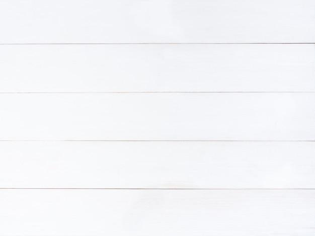 白い木の質感や壁。白い木製のテーブル。