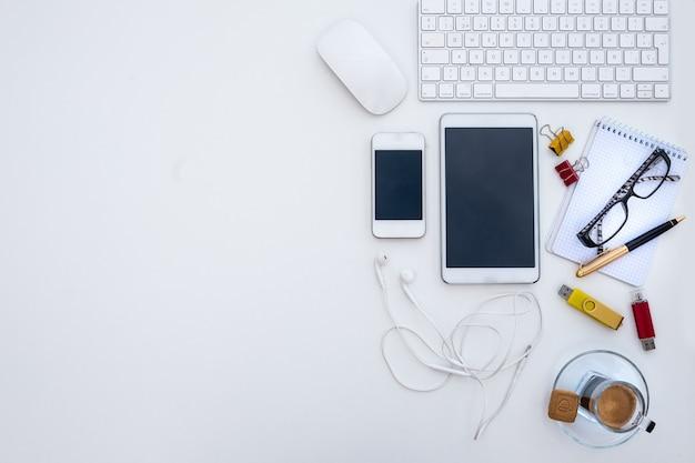 白い職場。無人。休憩するためのコーヒー。代替の屋外オフィス。デバイスとテクノロジー。