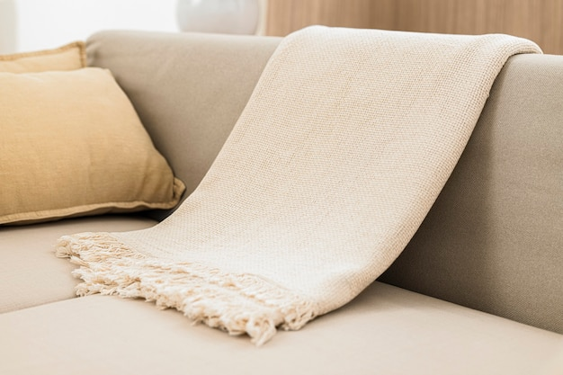 ソファに白い織りのスローブランケット