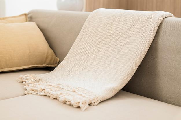Plaid in tessuto bianco sul divano