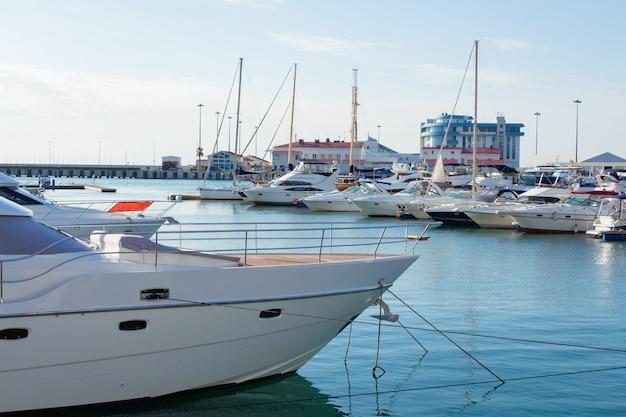 港の白いヨット。青い海の港のボート。