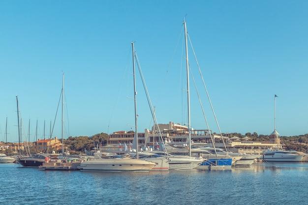 Белые яхты в порту.