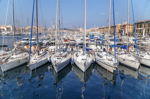 프랑스 마르세유 구 항구(old port of marseille france)의 잔잔한 물에 반사된 흰색 요트