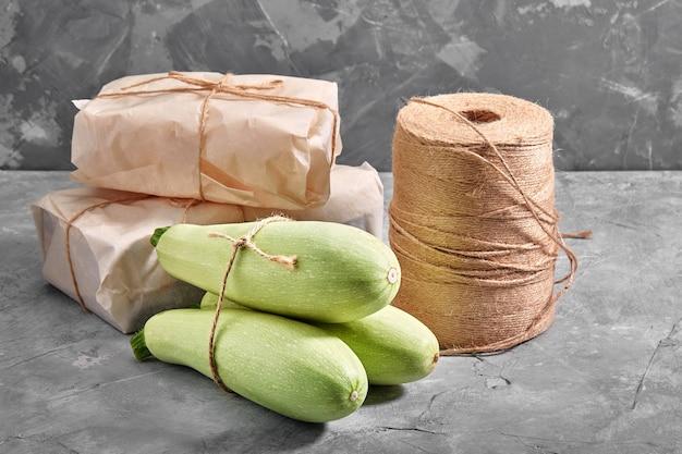 木製の背景に白いズッキーニ、健康的な食事のためのレイアウト、レストランの料理の有機的な広告。