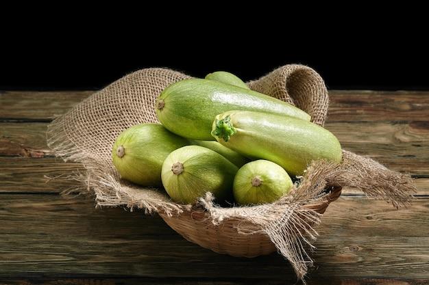 木製の表面に白いズッキーニ、健康的な食事のためのレイアウト、レストランの料理のオーガニック広告。