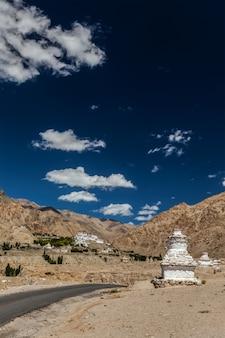 リキル修道院近くの白塗りの仏舎利塔