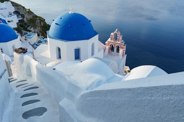 Белые голубые купола деревни в ия санторини греция средиземное море