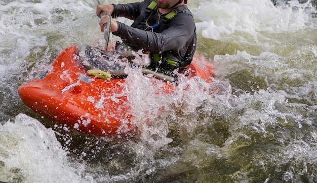 ホワイトウォーターカヤック、山川での極端なカヤック