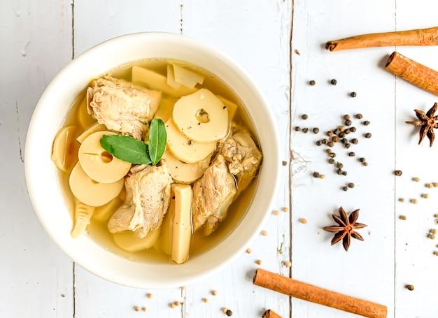 タケノコのトップビューwhith豚骨スープ